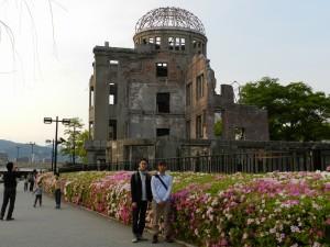 原爆ドーム前で